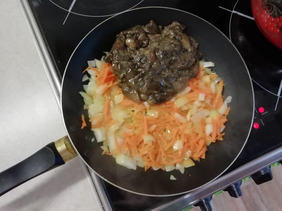 Жарим грибы, морковь и лук