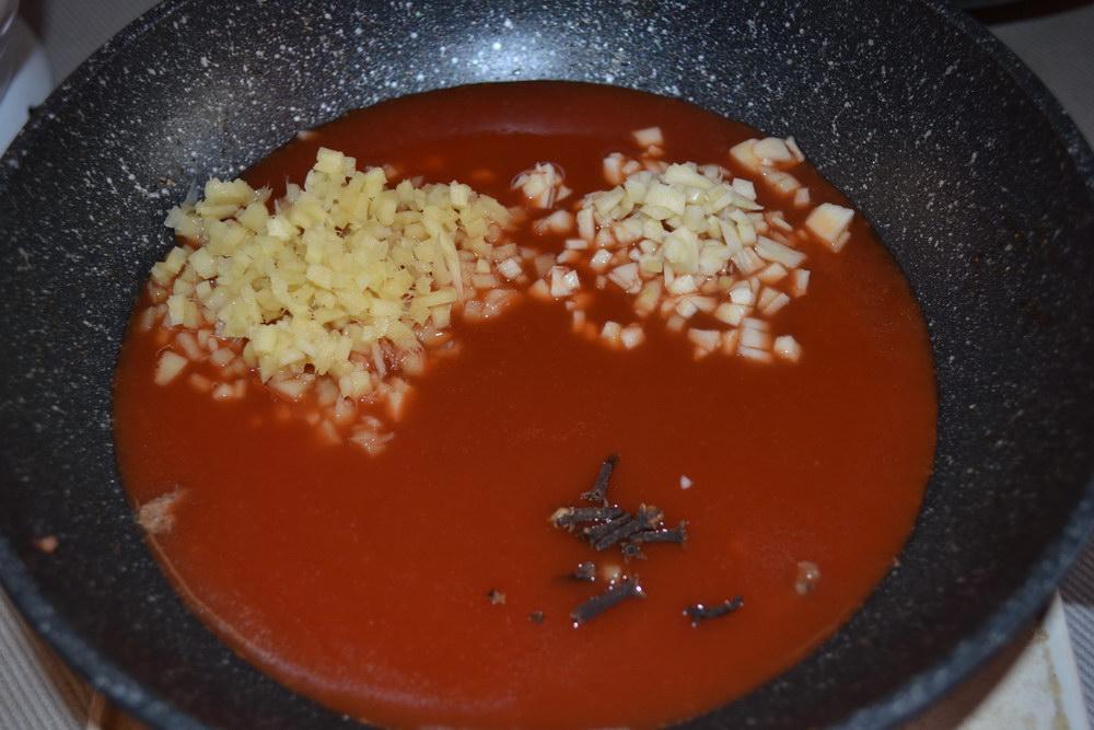 В томатную пасту добавить чеснок и имбирь