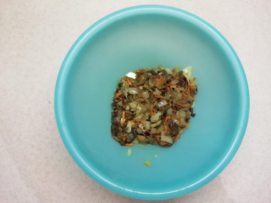 Выкладываем первый слой лук, морковь и грибы