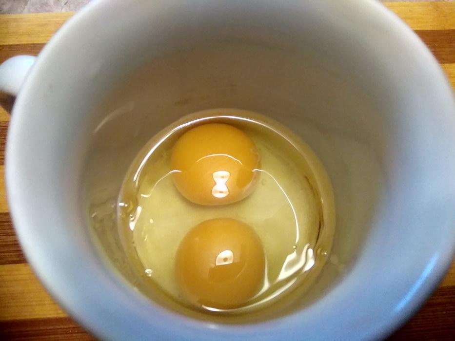 Разбить яйца и слегка взбить