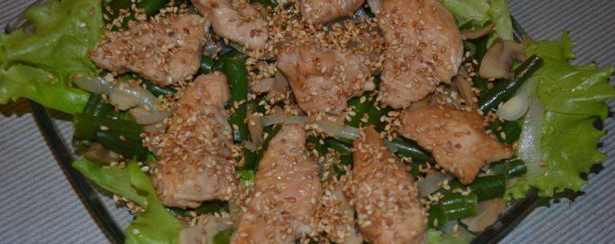 Теплый салат с шампиньонами и индейкой