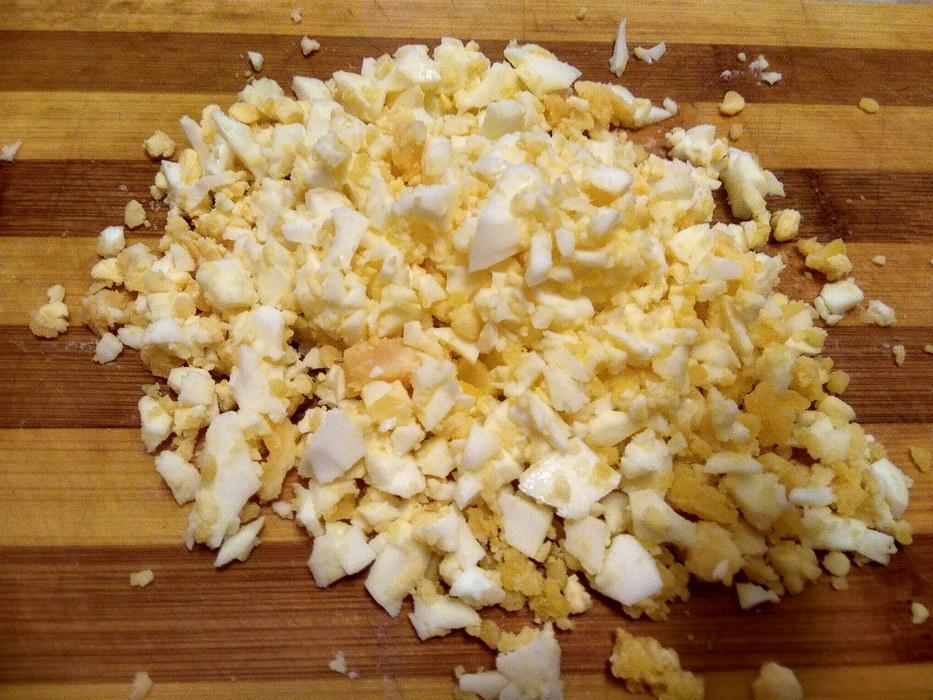 Отвариваем яйца и нарезаем кубиками
