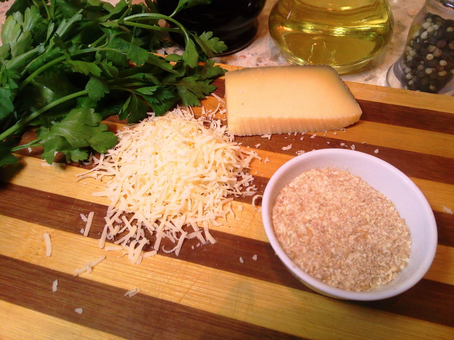 Натираем твёрдый сыр