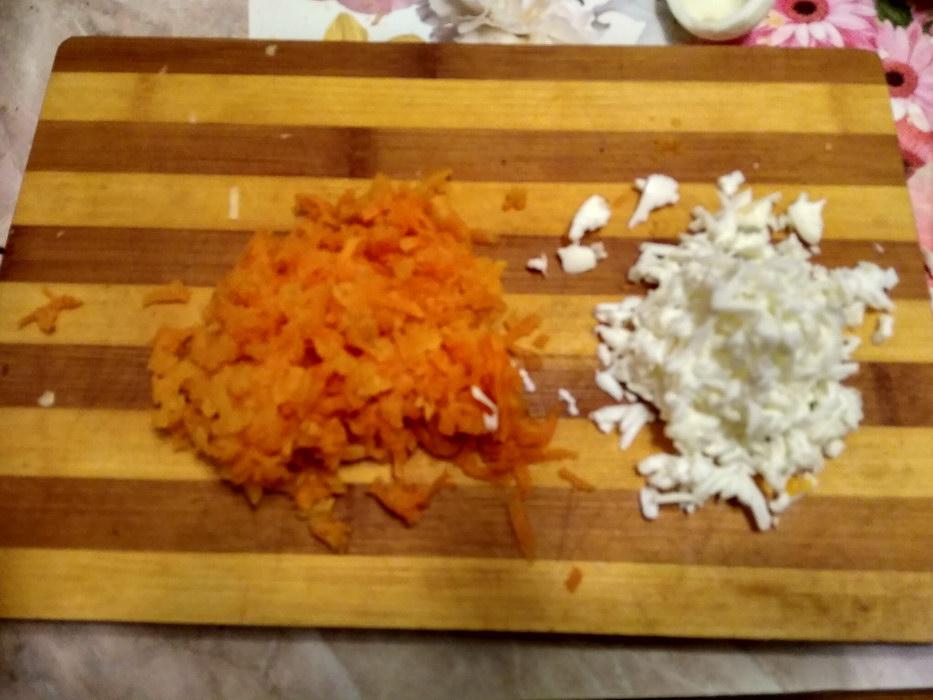 Натираем морковь и яйцо