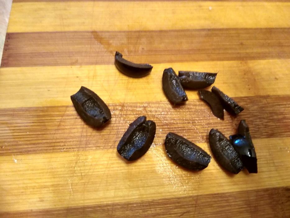 Маслины режем на дольки