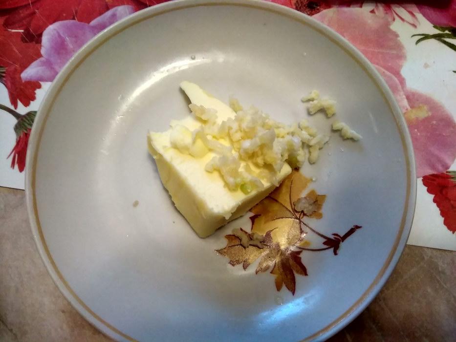 Масло смешаем с чесноком