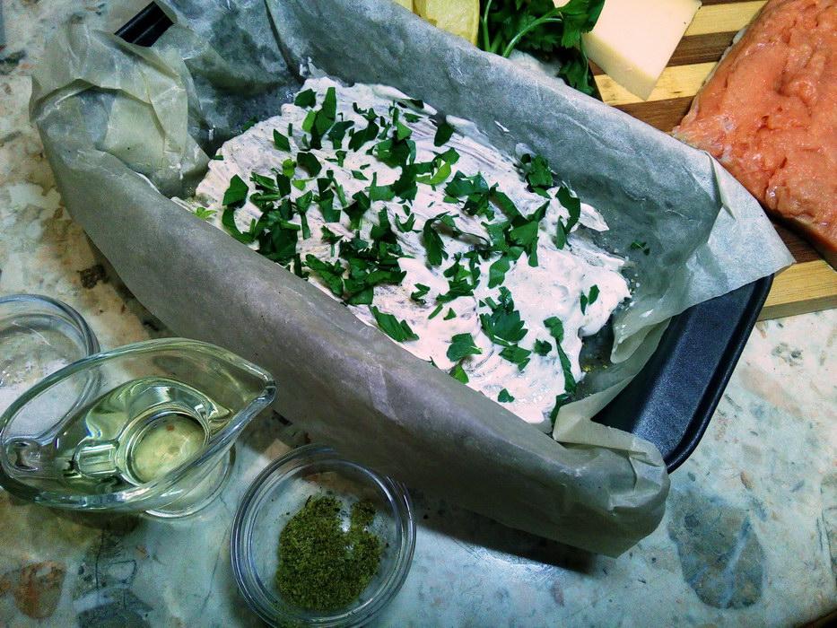 Смазываем сметаной и добавляем зелень