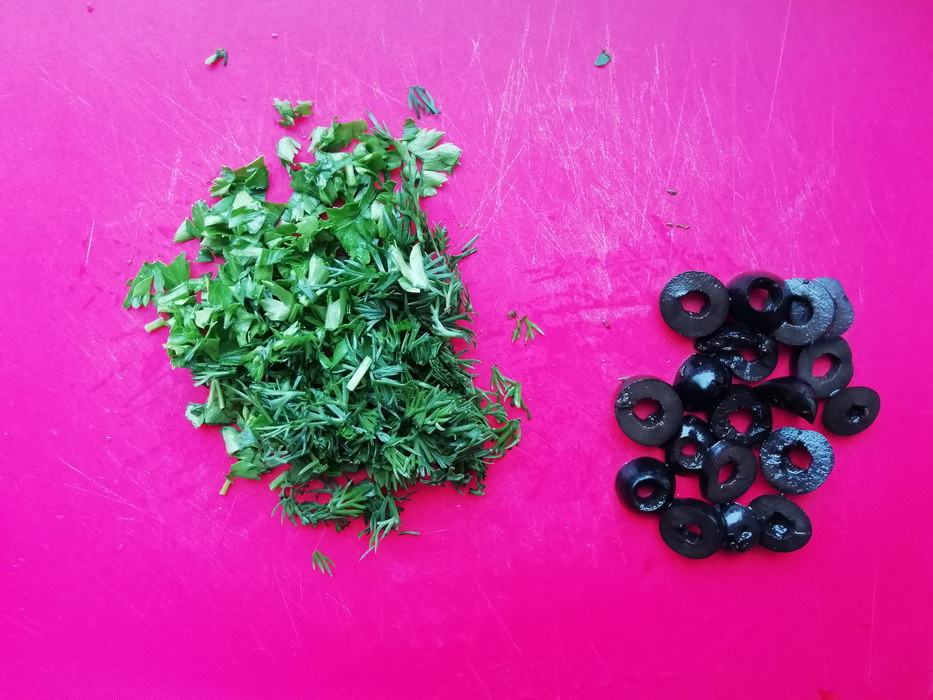 Порезать зелень и маслины