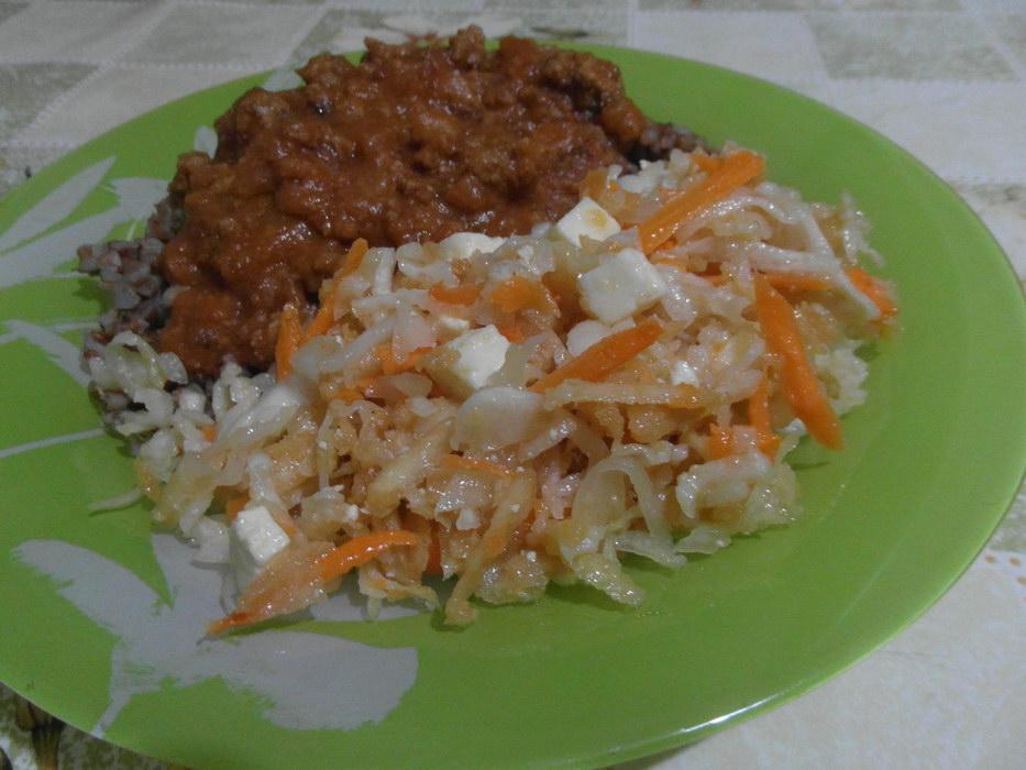 Салат из дайкона и квашеной капусты