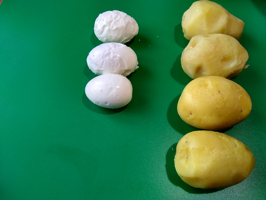 Отварить и почистить картофель