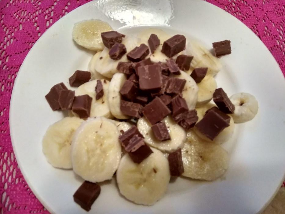 Нарезаем банан и шоколад