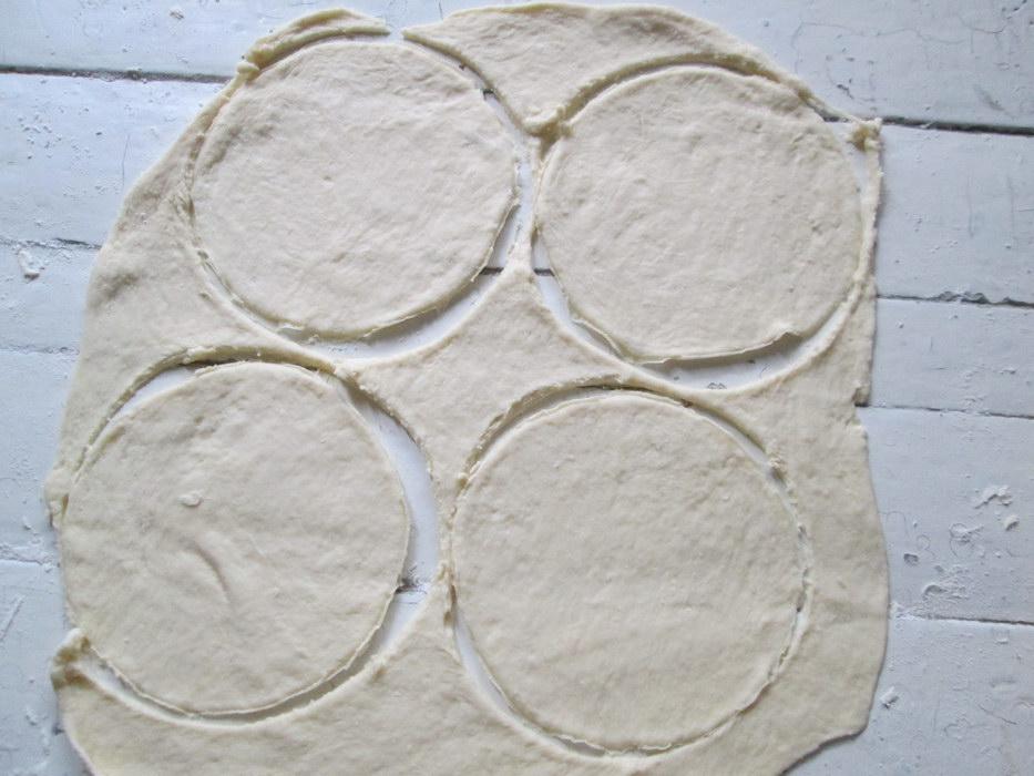Тонко раскатать тесто и вырезать круги