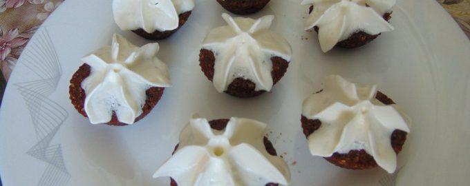 Шоколадные мини-пирожные из манки и кунжута
