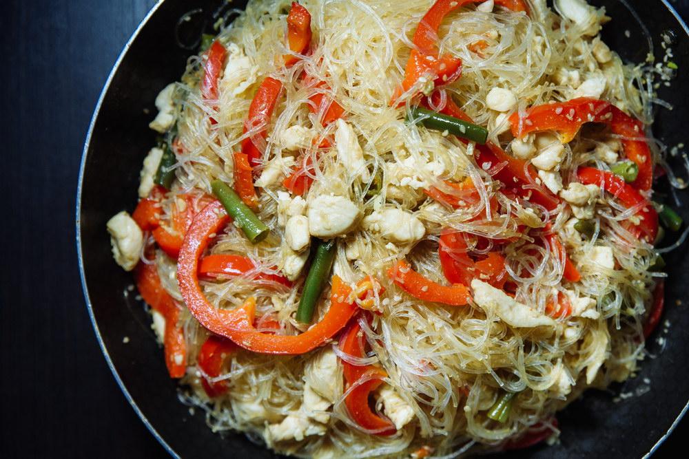«Стекляшка» с овощами и курицей – простой и понятный рецепт азиатской кухни