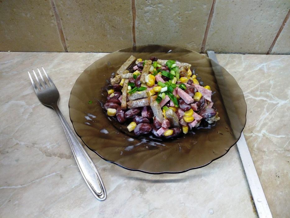 Салат с фасолью и сухариками «Восторг»