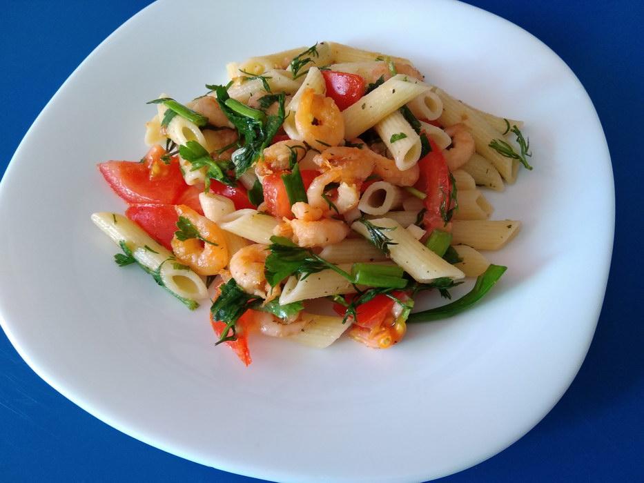 Итальянский теплый салат с креветками и макаронами