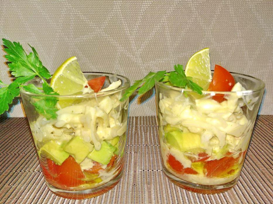 Праздничный салат с авокадо и кальмарами