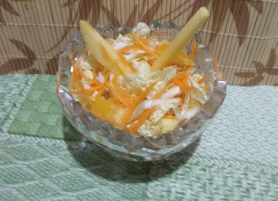 Лёгкий салат из пекинской капусты, яблока, моркови и апельсина