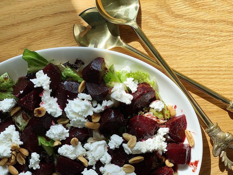 Легкий яркий салат из запеченной свеклы с фетой