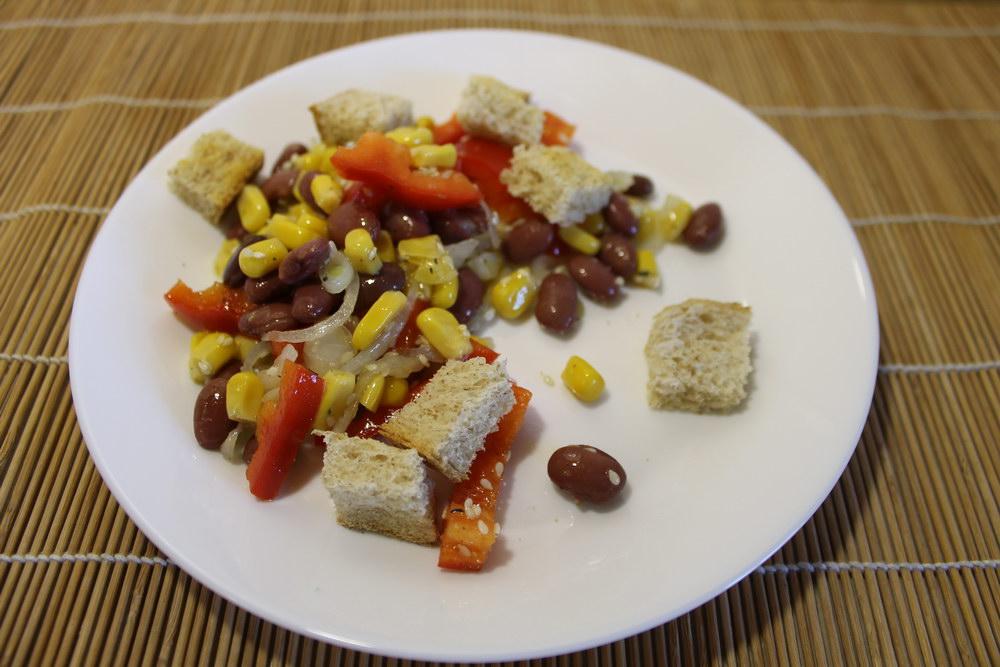 Сытный салат без мяса и майонеза