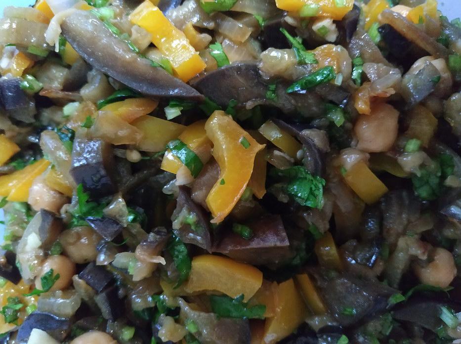 Салат из баклажанов с кинзой и нутом