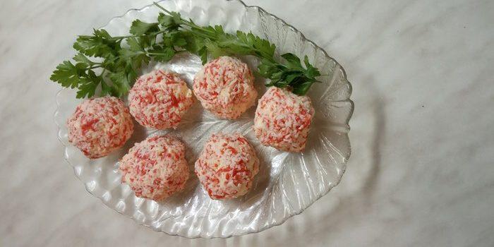 Нежная закуска «Рафаэлло» из сырков и крабовых палочек