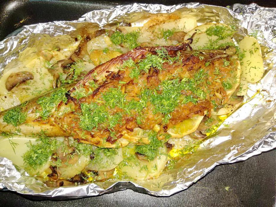 Скумбрия в духовке - полноценный ужин в одном блюде