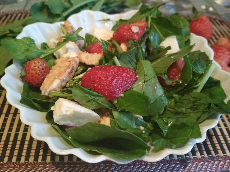 Салат с рукколой, клубникой и сыром – рецепт привезла из Италии