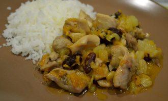 Рагу из курицы с фасолью и ананасами – простое блюдо, но вкусно и изыскано, почти по-ресторанному
