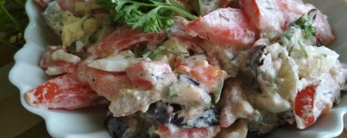 Салат с жареными баклажанами, помидорами и чесноком – летнее блюдо