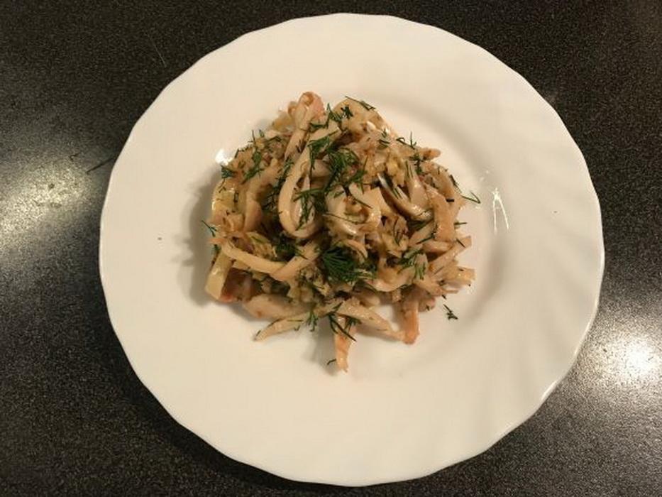 Салат «Ритка» - завсегдатый салат из кальмаров на нашем праздничном столе. Пальчики оближешь!