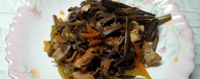 Папоротник со свининой и овощами