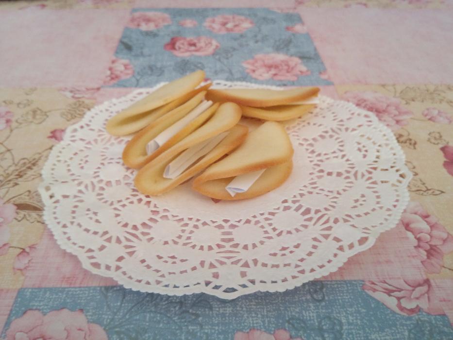 Очень простой и вкусный десерт – Китайское печенье с предсказаниями. Мои взрослые и маленькие гости его просто обожают