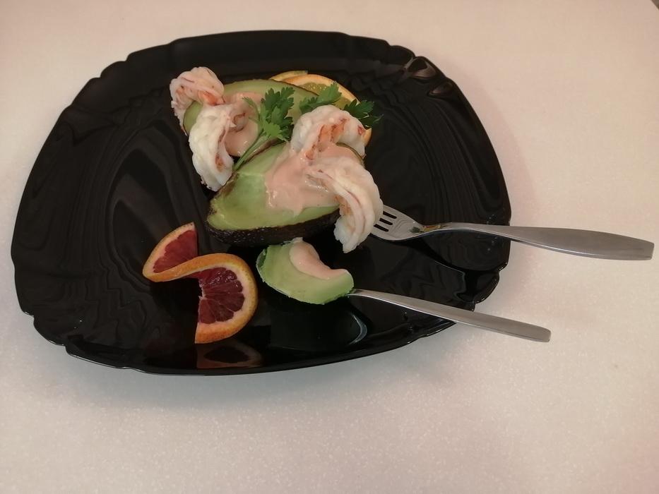 Салат-коктейль из авокадо с креветками и апельсином