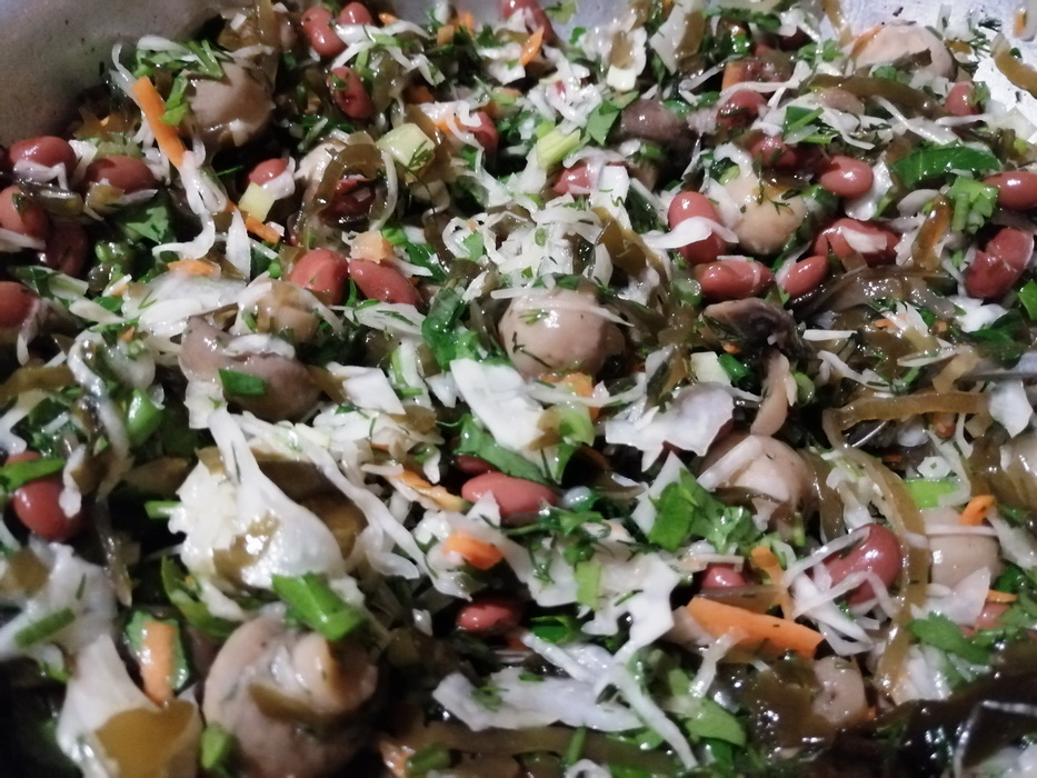 Зима поднадоела, а стандартная квашеная капуста и огурчики уже приелись, так и родился салат «Грибной винегрет»