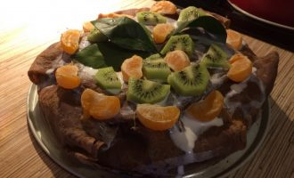 Муссовый торт из шоколадных блинов и фруктов