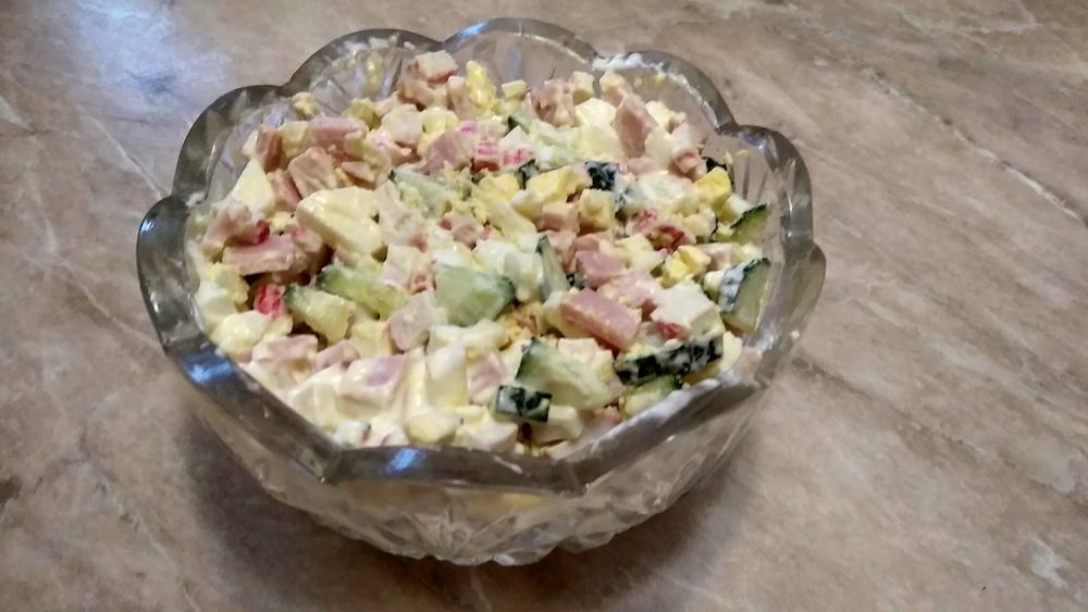 Салат «Машенька» (крабовые+ветчина+яйца и огурец с чесноком)