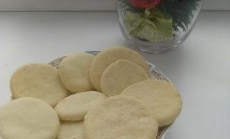 Рецепт печенья без масла. Готовить быстро и состав для кошелька приятен: яйца, мука, сода и сахар