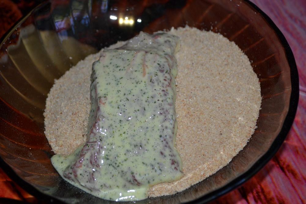 Обвалять мясо в сухарях