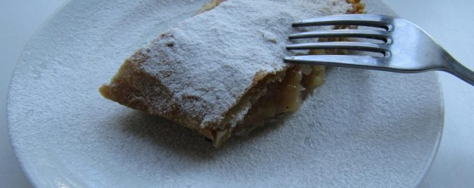 Штрудель с лавашом, яблоками и имбирным печеньем