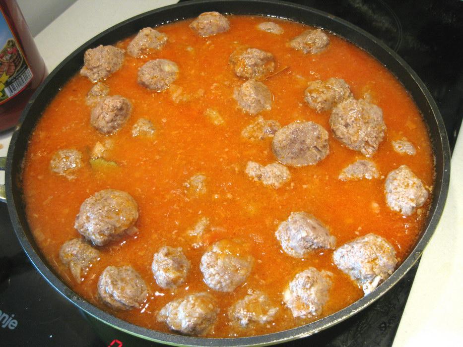 Выложить тефтели в томатную пасту