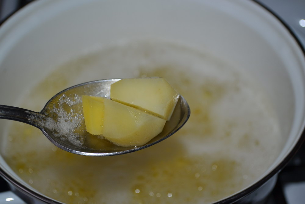 Отварить измельчённый картофель