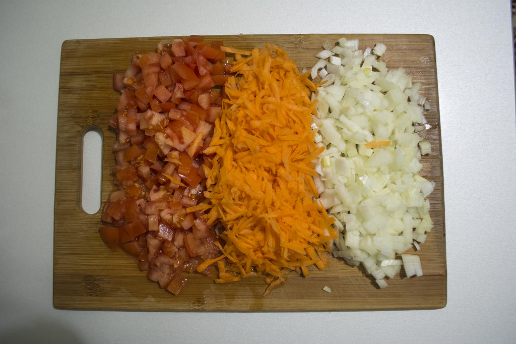 Нарезать помидоры, лук, морковь