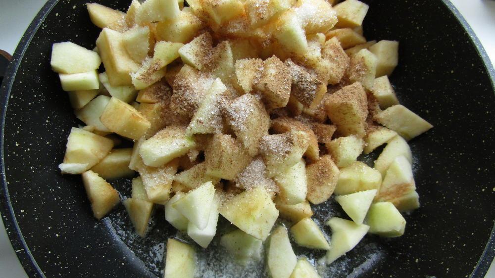 Яблоки запечь на сковороде в сахаре и корице