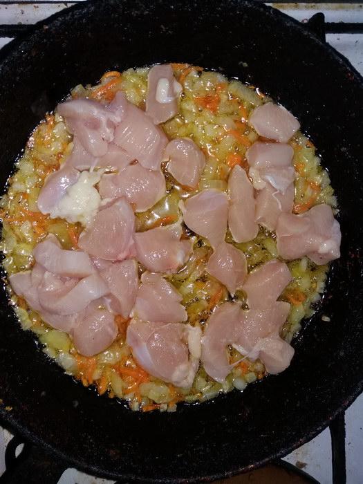 Нарезаем курицу кубиками и обжариваем на сковороде