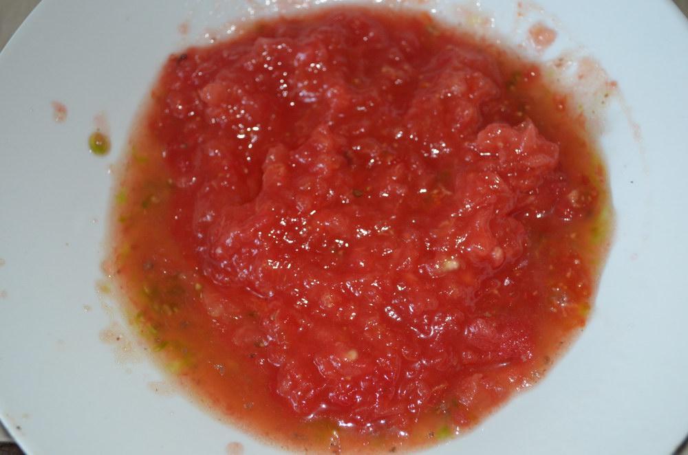Мелко порубить помидоры