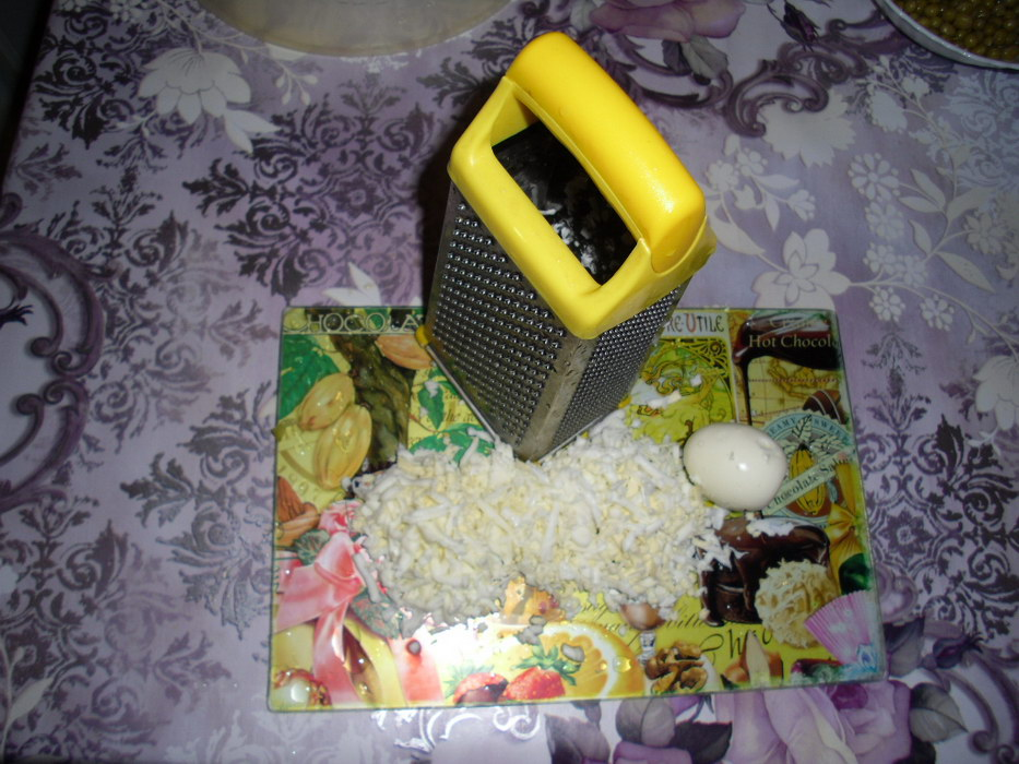 Яйца натереть на тёрку