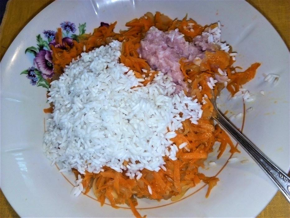 Смешиваем фарш, рис и овощи