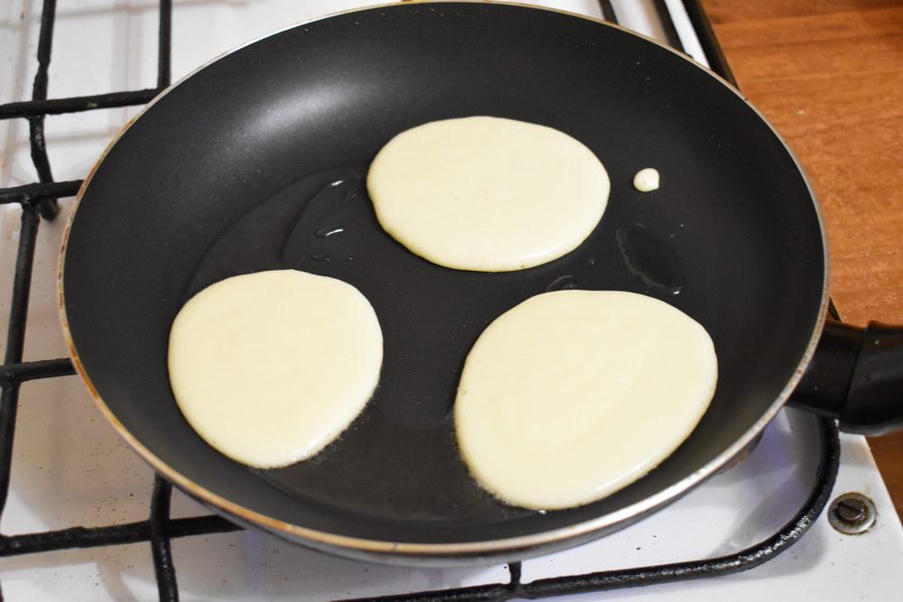 Выливать на на сковороду тесто небольшими овалами и выпекать