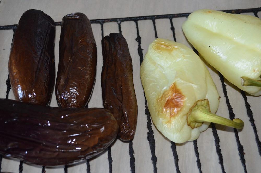 Перцы и баклажаны смазать маслом и обжечь на огне или в духовке